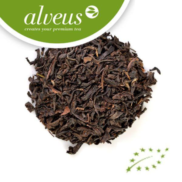 Zwarte thee (kelmmum thee) is thee gemaakt van de bladeren van de Camellia sinensis. Deze variant is gemaakt door middel van zwaardere oxidatie dan de witte, groene, en oolong-variëteiten