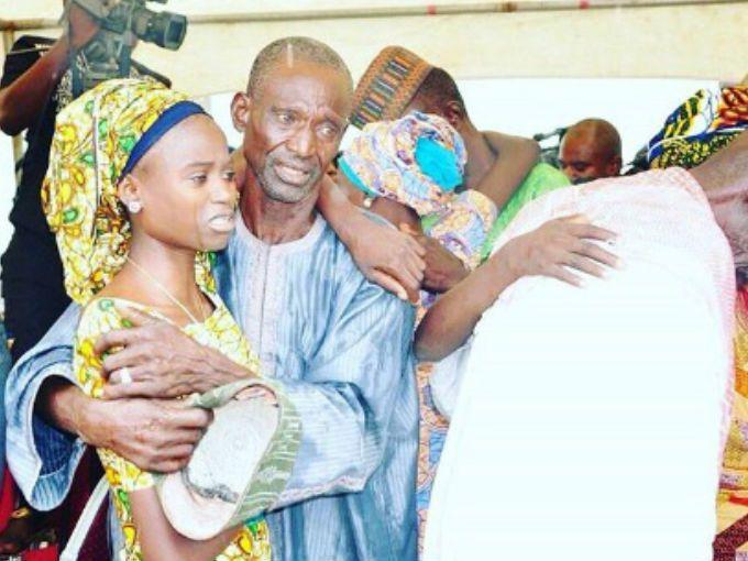 Ya pasaron casi dos años desde que Boko Haram secuestrara a 276 niñas en Nigeria, pero ahora al menos una pequeña parte pudo reunirse con sus padres.Los fundamentalistas islámicos se llevaron a las estudiantes debido a que ellos consideran que la educación occidental es un pecado que debe terminar.
