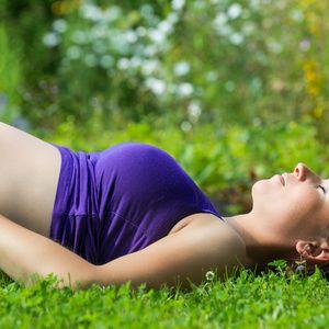 Alors que les journées s'allongent et que les températures remontent, l'envie est grande de prendre un bain de soleil et par la même occasion, quelques couleurs ! Mais enceinte, votre peau est plus fragile. Voici quelques conseils pour profiter du soleil tout en préservant son capital santé.Grossesse en été : ayez les bons réflexesProtégez votre peau Pendant la grossesse, la peau est fragilisée...