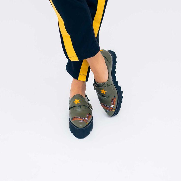 Pantofide dama Mineli Eaglecu broderii militărești sunt ideale pentru perioada de tranzitie dintre toamnă-iarnă, oferind…