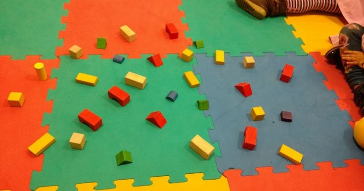 Nos hemos encontrado así la alfombra!! Tenemos un montón de piezas de construcción repartidas por toda la alfombra. Vamos a mira...