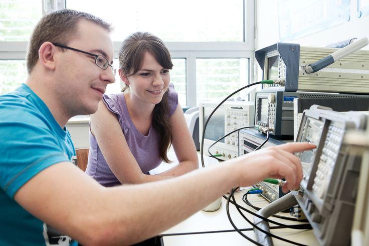 Praktische Ausbildung im Labor Übertragungstechnik der HfTL