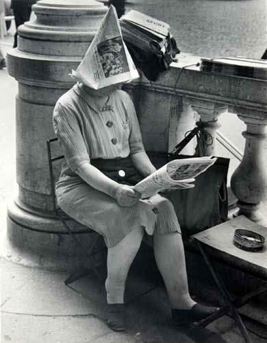 Ilse Bing - The Newsdealer. Place de la Concorde, Paris 1947.