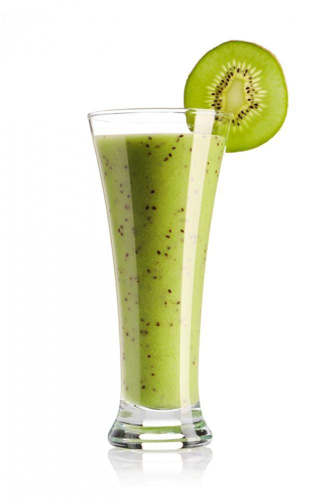 Kiwi y melón verde Ya de imaginármelo me resulta tentador. Utiliza dos tazas de melón verde cortado en cubitos, un kiwi cortado y pelado, una pequeña manzana pelada y cortada Granny Smith, una cucharada de jugo de limón y dos a tres cucharaditas de azúcar. Licúalos. Luego agrégale una taza de hielo y sigue mezclando.