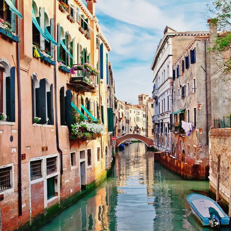 How beautiful and tranquil does this look? Who's been to Venice before or who hopes to go one day? It's definitely on our bucket list. #LoveInVenice   (Image credit: http://tori-tolkacheva.deviantart.com/art/At-the-Venetian-canals-312708687)