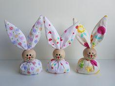 Ab sofort hoppeln sie wieder, unsere beliebten Osterhasen. ( viele neue Farben und Muster kommen noch ) Handgemachte Osterhasen aus Stoff und einer bemalten Holzkugel als Kopf.