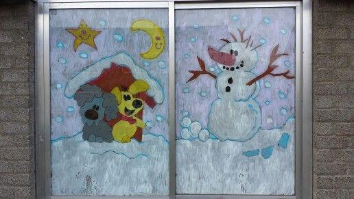 Woezel en Pip in de sneeuw op het raam van de peuterspeelzaal