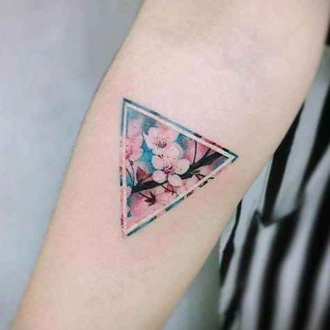 Tatuaggi con triangoli: cosa significano e foto per ispirarsi 9