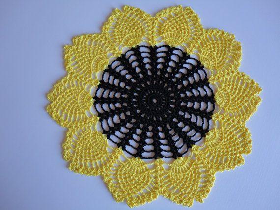 Centrino allegro girasole fatto a mano in puro cotone naturale di diametro 42 cm ideale come centro tavola, darà un tocco di classe e di personalità alla stanza rendendola colorata ed allegra.