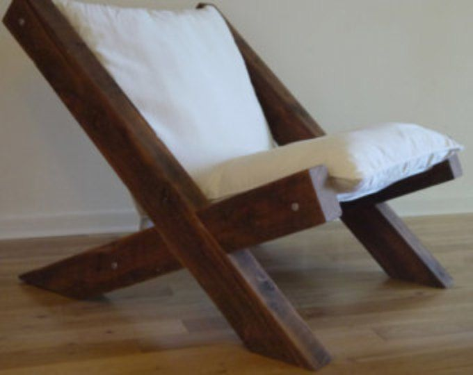 Precio no incluye envío.  Póngase en contacto con nosotros con su ubicación y le proporcionaremos una cotización del envío.  Esta silla cómoda es equilibrio creativo de encanto rústico y estilo moderno. Se hace de la madera 100% recuperada de centenarios. El cuero es piel de la vaca clásico. Un poco apenada mirada de él da silla su encanto auténtico. Grueso de la mano las puntadas son hermoso futuro y fuerte estructura funcional al mismo tiempo. Combinación de líneas simples y textura…