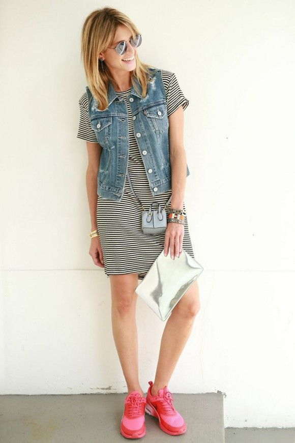 Look com vestido Brandy Melville, colete jeans Levis, tênis Nike, bolsas Tod's e Celine. photos...
