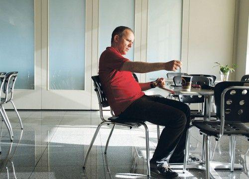 Τάσος Τέλλογλου: Δημοσιογράφος. Μεγάλωσε στους Αμπελόκηπους, ζει στο Φάληρο. Πιστεύει ότι στη δουλειά του δεν πρέπει να κάνεις φασαρία, αλλά να μπαίνεις στο δωμάτιο στις μύτες των ποδιών σου.