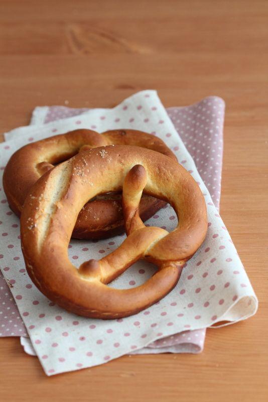 ブレッツェルとチェコのチーズ:パンとスイーツのない人生なんて!:So ... しょぼい生地は、ソーセージにぐーるぐると。