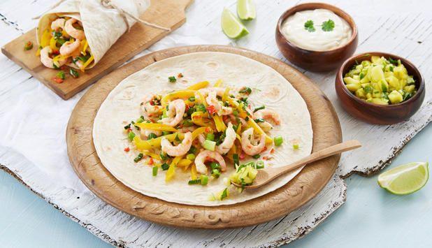 Lag smakfulle fajitas med reker, mangosalsa og rømmesaus. Denne oppskriften kan kanskje erstatte fredagstacoen?