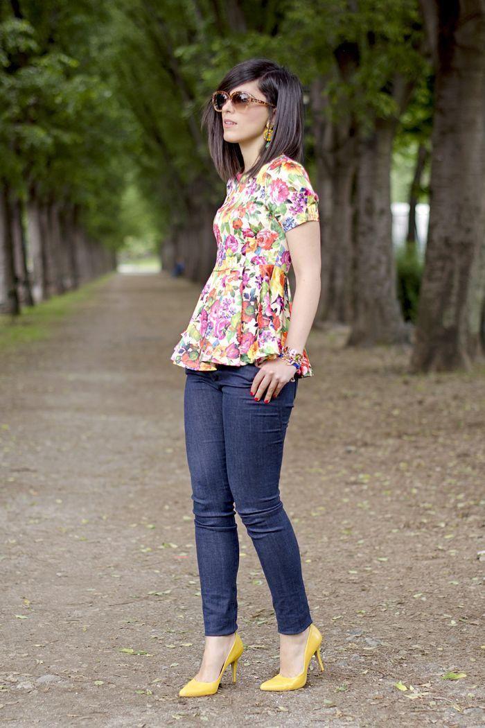 15 maneras de usar una blusa de flores 6