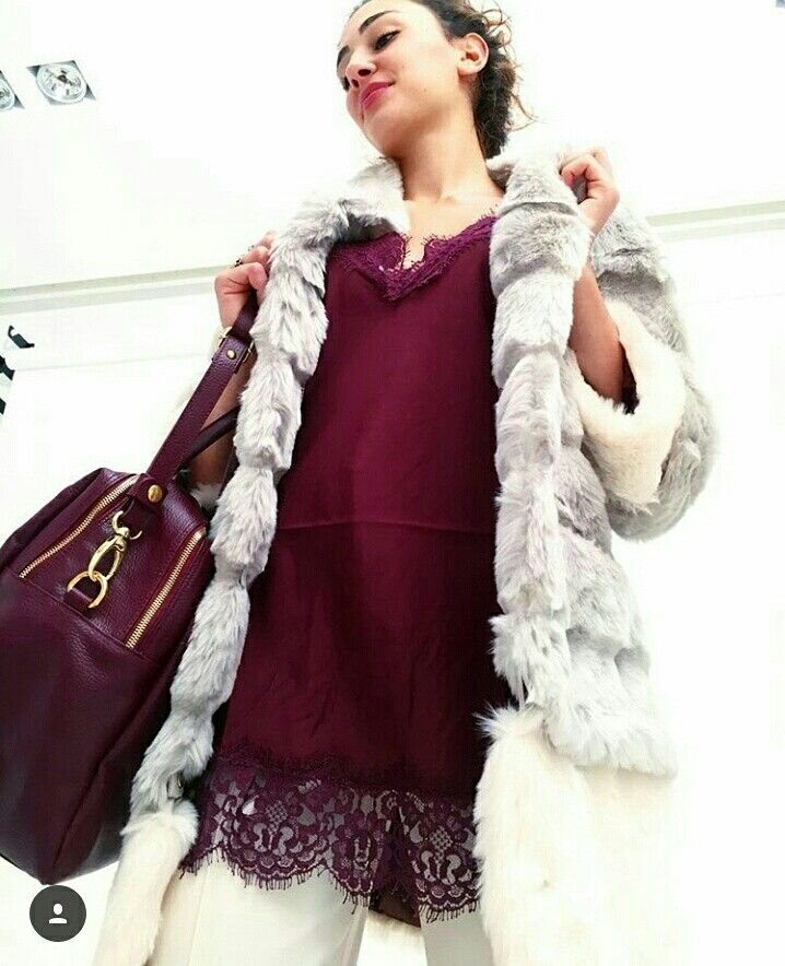 Dettagli!  #burgundy #Boutiquegnisci #ecopelliccia @nenette_official #top #seta #silk #lacedress @grazialliani #borsa #bag #silvianheach #bordeaux #vino #model #dettagli Shop online www.boutiquegnisci.com