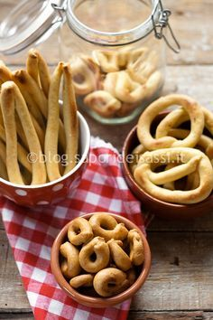 Durum-wheat fine semolina Taralli, Cancelle and Finocchietti with Wild Fennel Seeds and powder of sweet red pepper