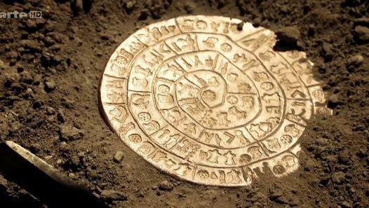 Le disque de Phaistos, pièce majeure du musée d'Héraklion, en Grèce, est un artefact en terre cuite de seize centimètres de diamètre, comportant 45 motifs différents. Disposés le long d'une spirale, les 242 signes qui le composent sont longtemps restés indéchiffrables.   Découverte en 1908 par l'archéologue italien Luigi Pernier, sur un chantier de fouilles en Crète, la pièce vieille de trois mille six cents ans serait un témoignage exceptionnel de la culture minoenne. Elle représenterait…
