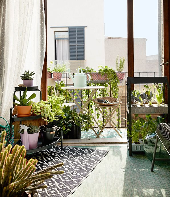 Het duurt nog even, maar bereid je alvast voor op de zomer. Check hier onze tips | IKEA IKEAnl IKEAnederland balkon urban city inspiratie wooninspiratie fleurig lente zomer planten SALTHOLMEN tafel klapstoelen SOCKER plantenstandaard SOCKER gieter VÄSTERÖN kruk