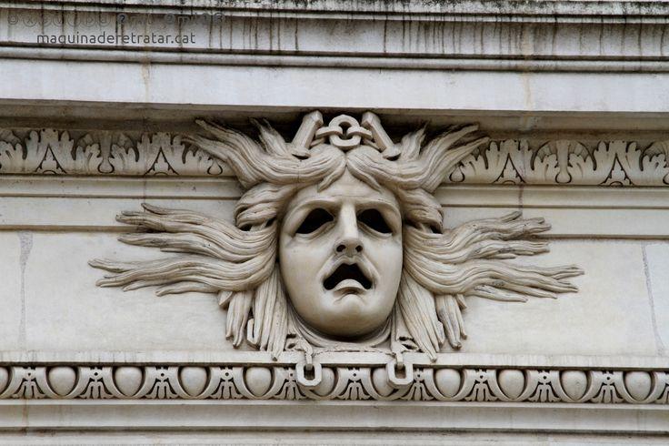 visage de pierre devant le grand théâtre.