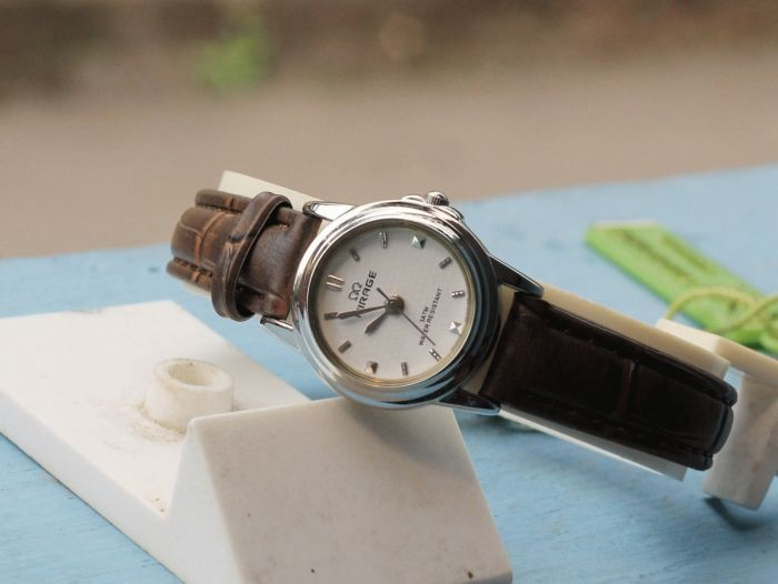 MIRRAGE LEATHER DARK BROWN  Type:Jam tangan wanita Diameter: +- 2.3cm Bahan Leather  Include Box+Kartu garansi berlaku 6 bulan  Harga : Rp. 150.000