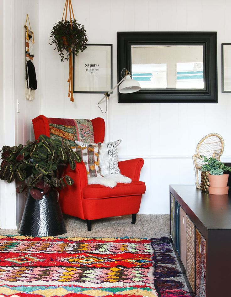 LOOKING at those multi colored baskets in the console table...  Dawnelle from D+K renewal enjoys designing her home with curated treasures she finds, Seattle