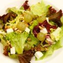 Receta de Karlos Arguiñano de ensalada de lechugas variadas con uvas blancas, dados de queso fresco y nueces, una guarnición nutritiva y fácil de preparar.