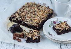 Det er faktisk muligt at bage en virkelig lækker og sund brownie helt uden mel og tilsat sukker. Kagen er kun sødet med dadler og banan.
