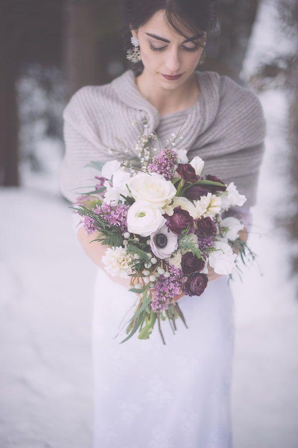 purple and white winter bouquet photo by Infraordinario http://weddingwonderland.it/2016/02/matrimonio-invernale-in-montagna.html