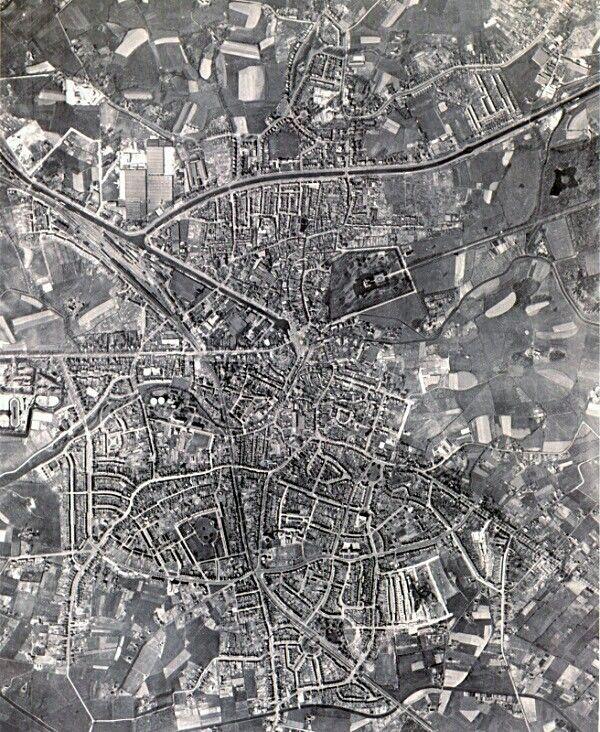 Almelo omstreeks 1950 veel wijken bestonden toen nog niet.