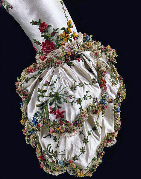 Manga estilo brazalete bordada, (vestido de Maria Antonieta) de 1780