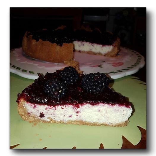 cheesecake cocco e more, una torta fredda, cotta nel forno, e lo so che fa caldo, ma è talmente buona!!!!!! Una crema di ricotta e cocco racchiusa in un gu
