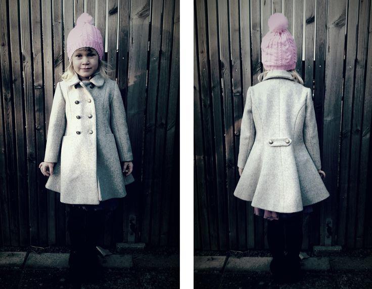 Små kappor på små flickor är något av det sötaste jag vet! Den här har blivit flitigt använd i vinter men har inte förrän nu i helgen då den...