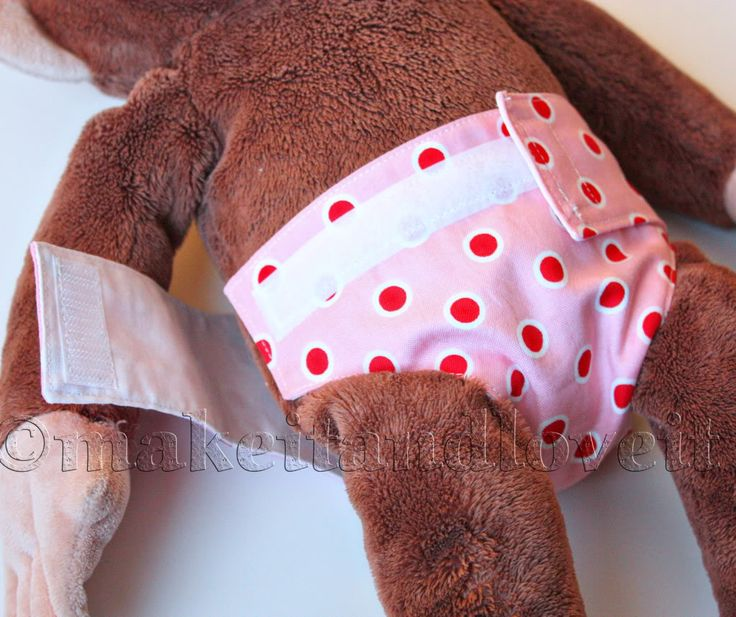 Dolly Diapers DIY: full tutorial how to make quick and easy diapers for their dollies. www.makeit-loveit.com