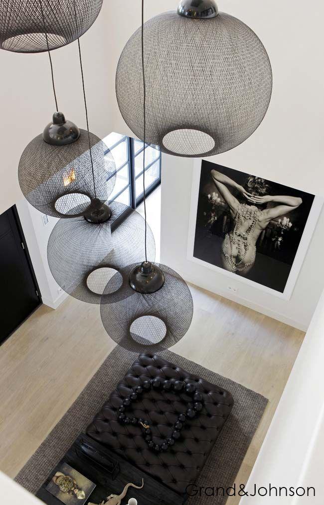V visokih prostorih se lahko še bolj poigrate z visečimi svetili in izberete zares drzna svetila, saj bodo postala center prostora.