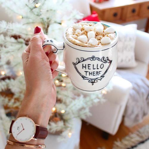 Gdy pogoda nie sprzyja do wychodzenia z domu, spędź czas oglądając filmy  i pijąc gorącą  czekoladę #winter #simple #room #cosy#lovewatch #watches #butikiswiss