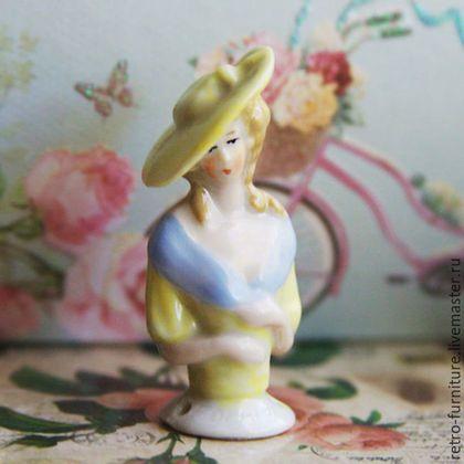 Half doll, антикварная фарфоровая кукла - половинка  Эдит. в интернет-магазине на Ярмарке Мастеров. Редкая антикварная фарфоровая кукла половинка Half doll, pin cushion doll. Элегантная леди в платье пастельного желтого цвета с голубым воротником. На голове прическа и милая шляпка. Высота 50 мм (производство Западная Германия 1930 год ) Винтажные половинки кукол из фарфора можно использовать для создания интерьерной, будуарной куклы, для игольницы, сделать украшения в стиле ретро: брошь,…