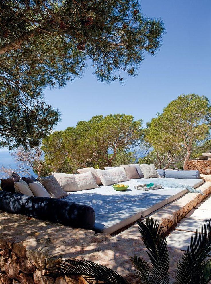Место отдыха на террасе с мягкими матрацами и подушками, лежа на которых можно позагорать и насладиться местными фруктами.  (средиземноморский,архитектура,дизайн,экстерьер,интерьер,дизайн интерьера,мебель,на открытом воздухе,патио,балкон,терраса) .