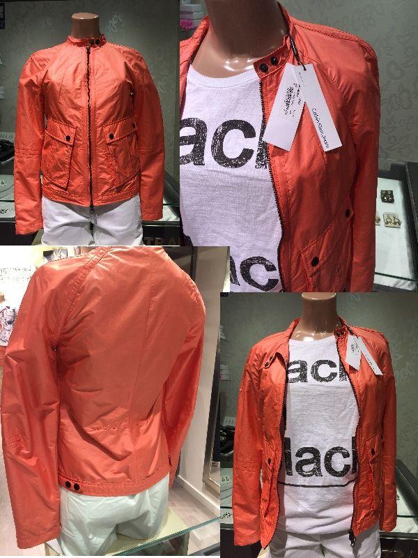 Cazadora naranja disponibles tallas S-M, marca Calvin Klein antes 169€, ahora 67,60€ referencia J2EJ200127