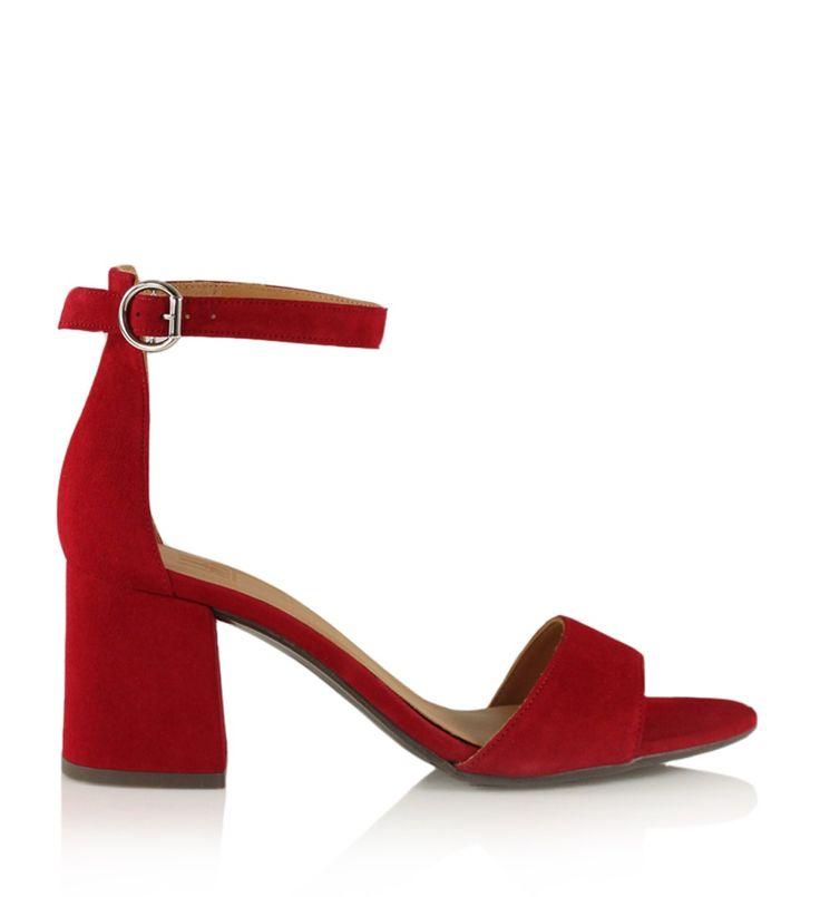 Rød sandal i ruskind med chunky hæl, ankelrem og et dekorativt sølvspænde.