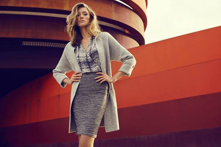 Elegancki swetrowy płaszcz i ołówkowa spódnica to modna stylizacja do pracy.