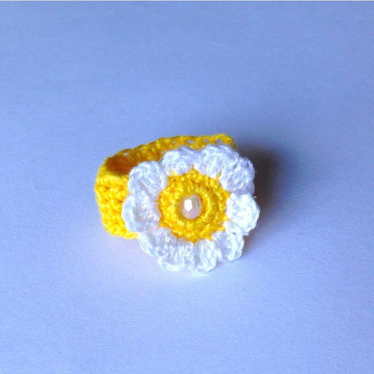 Anellino a fascia bianco e giallo in cotone con margherita, fatto a mano all'uncinetto, by La piccola bottega della Creatività, 5,50 € su misshobby.com