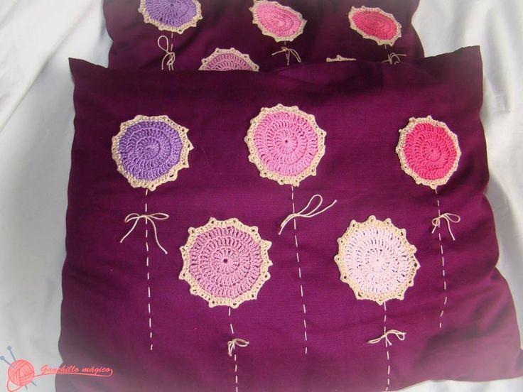 Cojines o almohadones de tela y decorados con motivos de for Cosas de ganchillo faciles