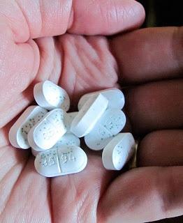 La tolerancia de la heroína es alta pudiendo un consumidor habitual administrarse dosis muy superiores a las que podría una persona no habituada.             Su margen de seguridad es similar al de la morfina (1-30).             La utilización de esta sustancia ocasiona una serie de reacciones tanto orgánicas como psíquicas y neurológicas
