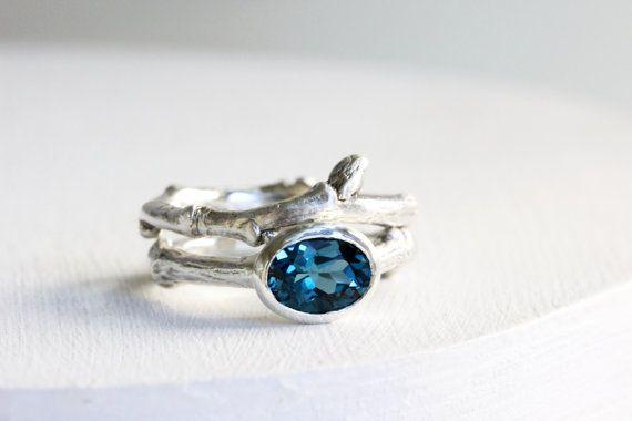 Bagues de fiançailles en topaze bleue Londres par EveryBearJewel