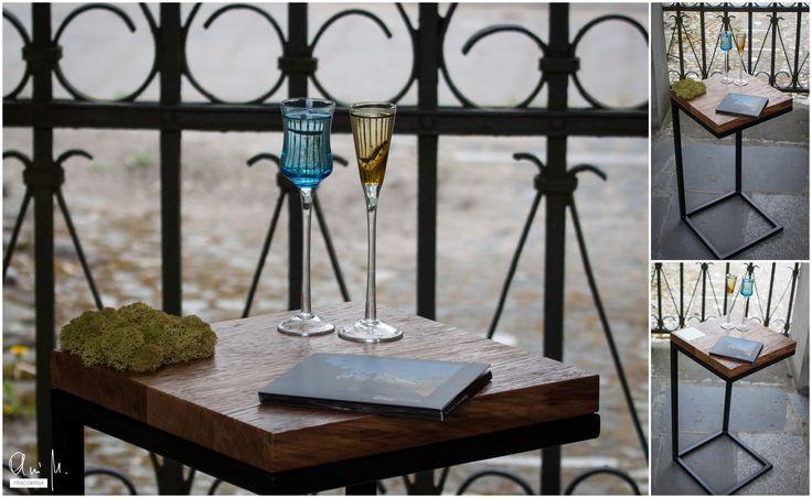 Stolik pomocniczy z mchem wymiennym na panel w kolorze białym./ Side table with moss replaceable for white panel.