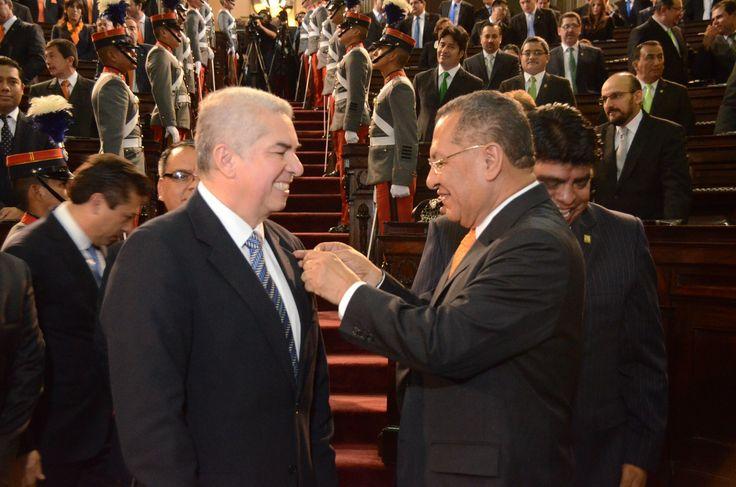 08. IMPOSICION. El diputado Arístides Crespo, Presidente saliente impone el pin oficial como su sucesor a Luis Rabbé.