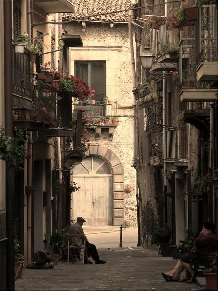 Old alley in Randazzo, Sicilia, Italia.
