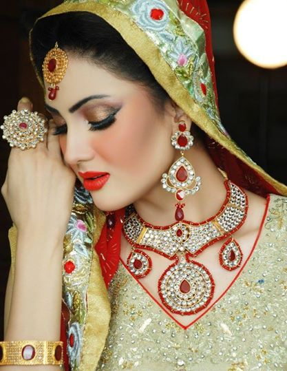 Awesome #jewelry and makeup.  http://www.shaadi.org.pk/