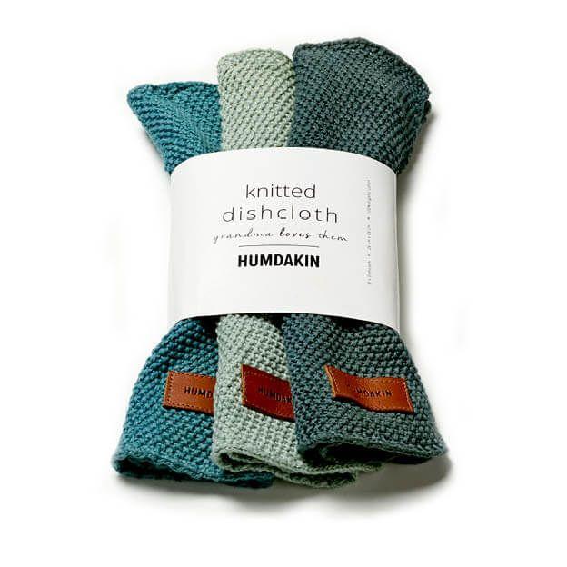 De gebreide vaatdoekjes van HUMDAKIN zijn een genot om mee te werken. Ze voelen zacht aan en zijn sterk in het opnemen van vuil. Scandinavische kleuren